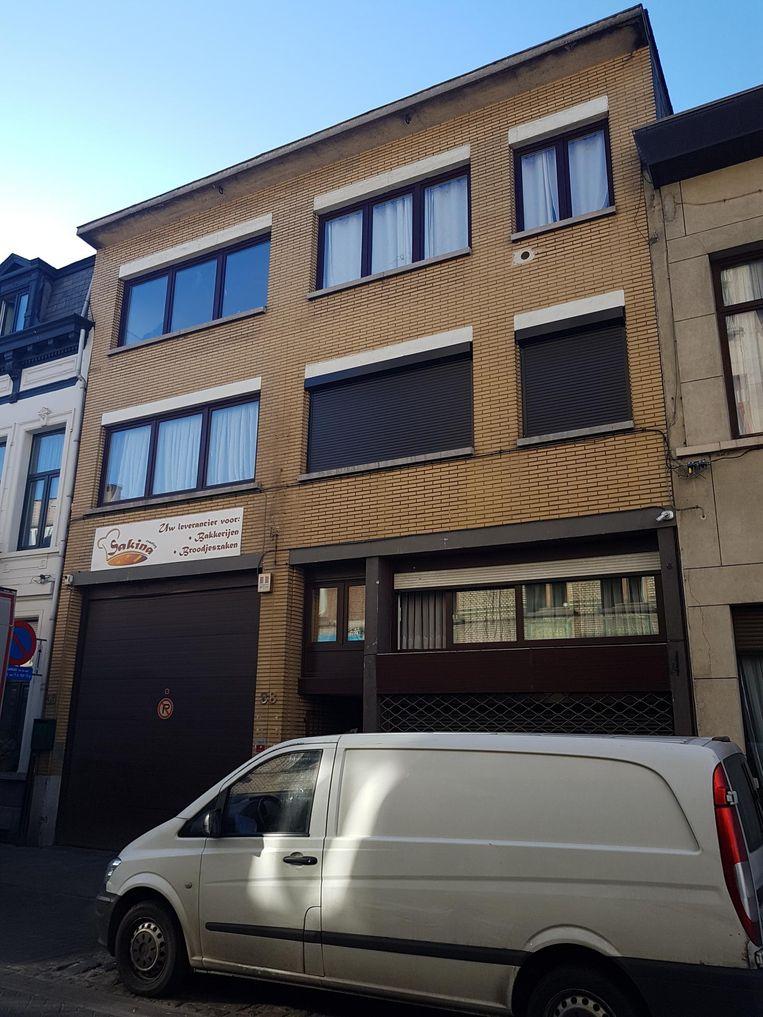 Deze flat aan de Kattenberg werd onder vuur genomen.