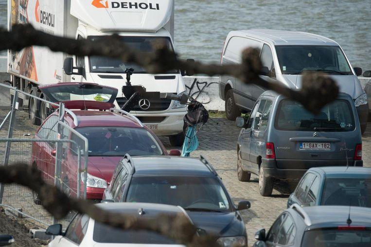 Een robot van DOVO haalt één voor één alle spullen uit de wagen.
