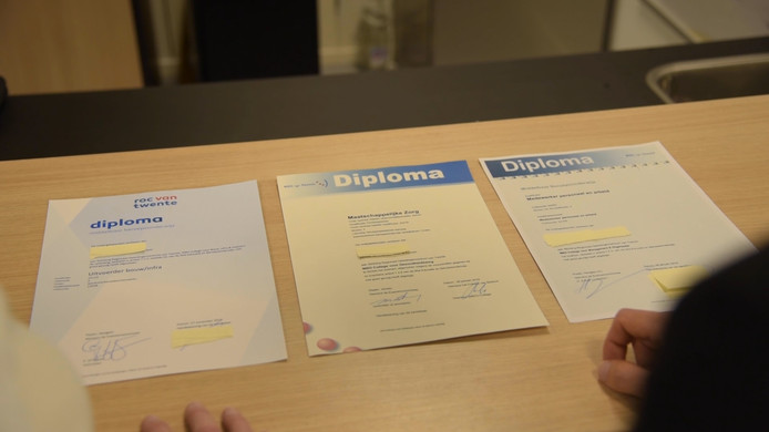 De drie diploma's op een rij: welke is nep?