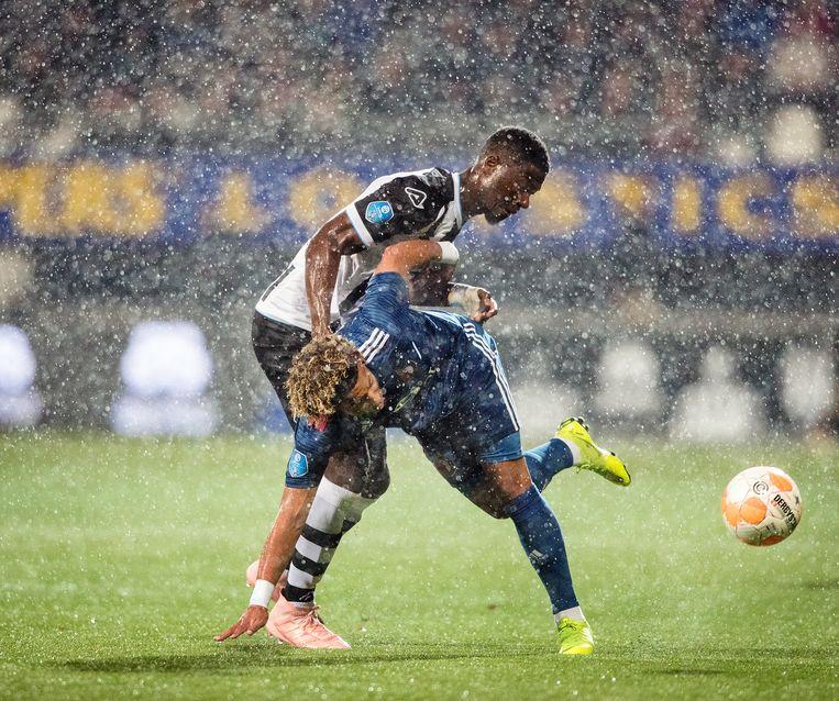 Stephen Sama (Heracles) in duel met Tonny Vilhena (Feyenoord).  Beeld Jiri Buller