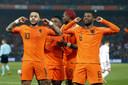 Memphis Depay en Georginio Wijnaldum vieren de tweede treffer van Oranje.