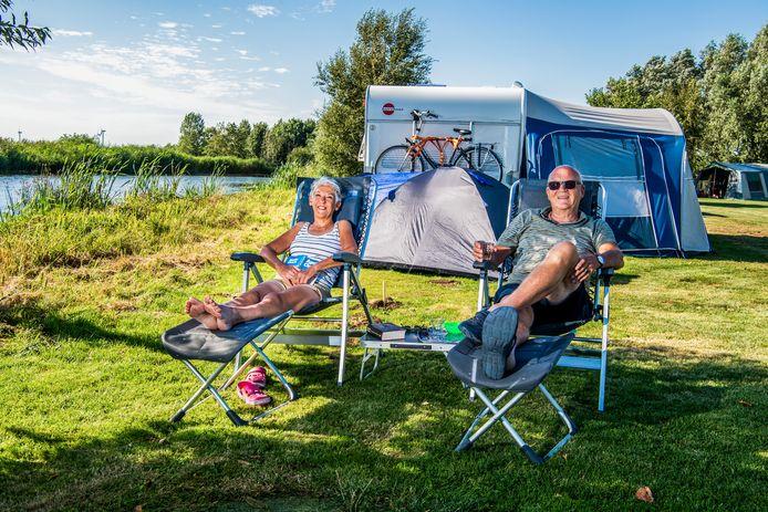 John en Saskia Bonnet uit Alphen - Lekker op de camping vlakbij huis - hier bij Polderflora Camping komen veel mensen die zelf in Alphen wonen, en heel dichtbij huis op vakantie gaan. Foto: Frank de Roo