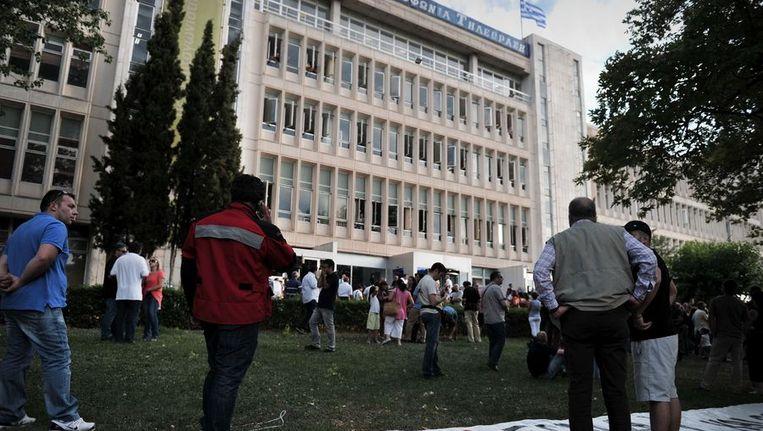Werknemers en sympathisanten demostreren bij het gebouw van de ERT tegen de sluiting van de staatsomroep. Beeld afp