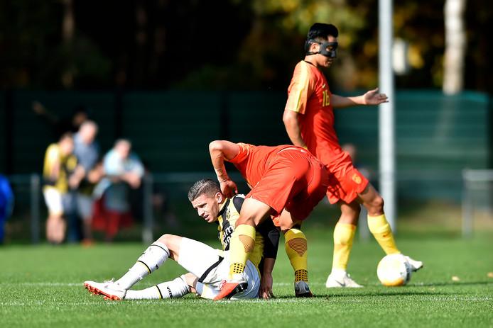 Bryan Linssen vecht namens Vitesse een duel uit tegen Jong China.