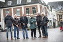 De ouders  die een proces beginnen tegen zorgverzekeraar Menzis, met hun advocaat. Op de foto v.l.n.r.: Patrick Wolbers (advocaat), Fons Niehof, Jan Ekelenkamp, Rita Middelveld, Klaas Middelveld en Jan Wegdam.