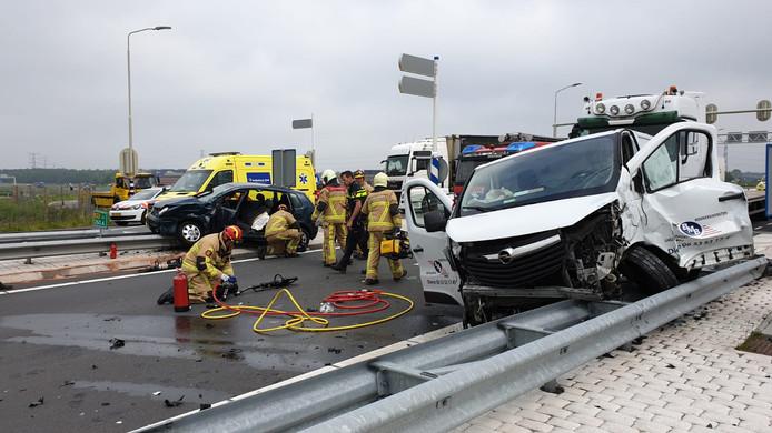 De schade is groot aan beide voertuigen, die op de vangrail terecht kwamen.