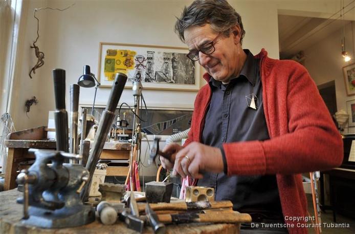 In zijn atelier aan de C.T. Storkstraat maakt edelsmid en beeldend kunstenaar Huub Mikx sieraden en studies voor kunstwerken die hij in een grote werkplaats vervaardigt. Foto: Frans Nikkels