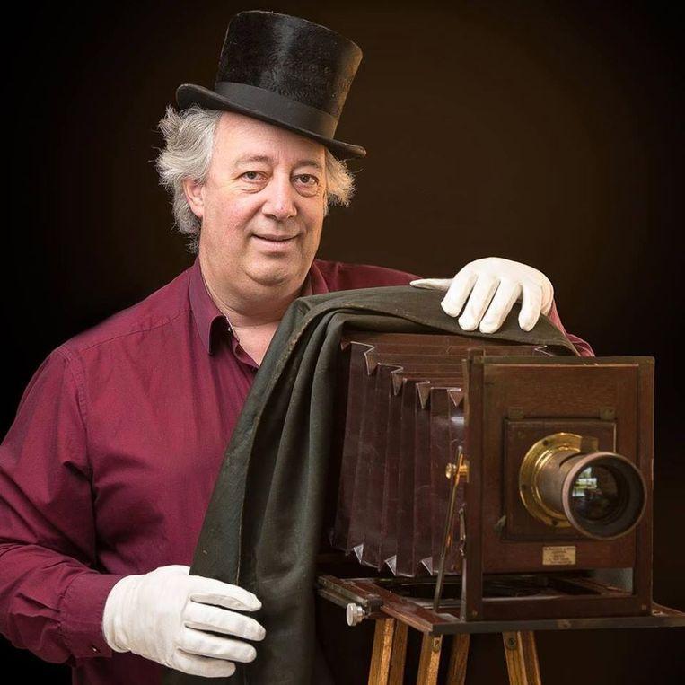 Leden van fotoclub DIKA maakten foto's van de oude camera's met modellen in historische kledij.