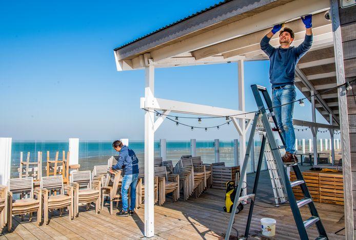 Strandclub Zee bij Ouddorp wordt klaargemaakt voor de zomer. De noodgedwongen sluiting vanwege de coronacrisis wordt gebruikt voor allerlei klusjes.