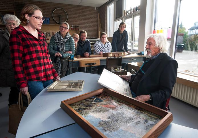 Toon Wildeboer taxeert de schilderijen van Linda van Dulmen uit Harmelen.