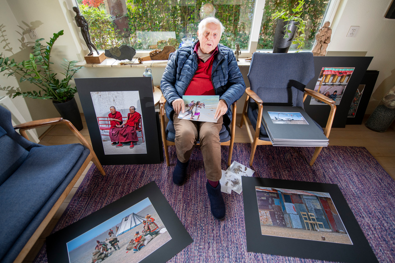 Will van Schieveen thuis in Ugchelen. De 88-jarige amateur-fotograaf leeft te midden van werk maar is nu een doos met 88 foto's kwijt.
