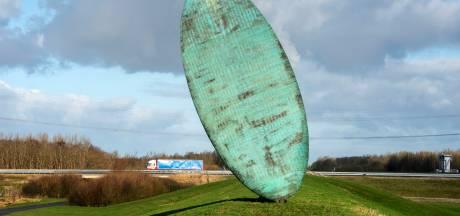 Reparatie 'spottende' Tong van Lucifer heeft geen prioriteit in Flevoland: 'Inpakken en opruimen dat kunstwerk'