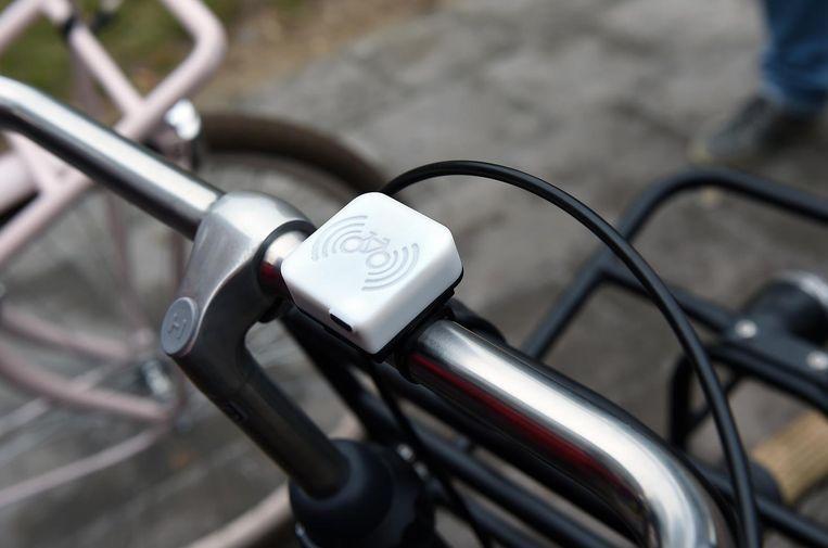 De fietsbel maakt een zoemend geluid en geeft een rood licht geeft wanneer de fietser een gevaarlijke plek nadert. Beeld Marcel van den Bergh