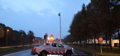 Tilburgse weg afgesloten nadat auto tegen lantaarnpaal rijdt