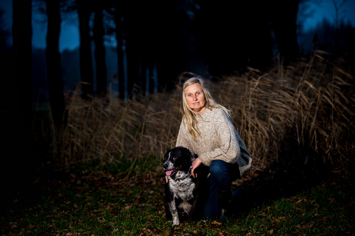 Christien Mouw (68)  is, niet vrijwillig, weg bij de schaapskudde Elspeet - Vierhouten. De weduwe van bekende herder Cos Mouw hoedde de kudde meer dan dertig jaar, onder andere met hond Pucky, die afgelopen weekeinde nog wegliep uit angst voor vuurwerk.
