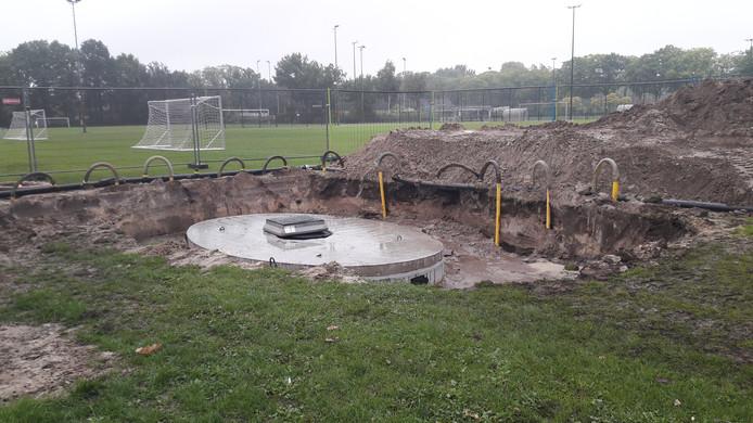 Bij Avanti in Schijndel wordt een nieuwe sproei-installatie aangelegd voor het nieuwe kunstgrasveld.
