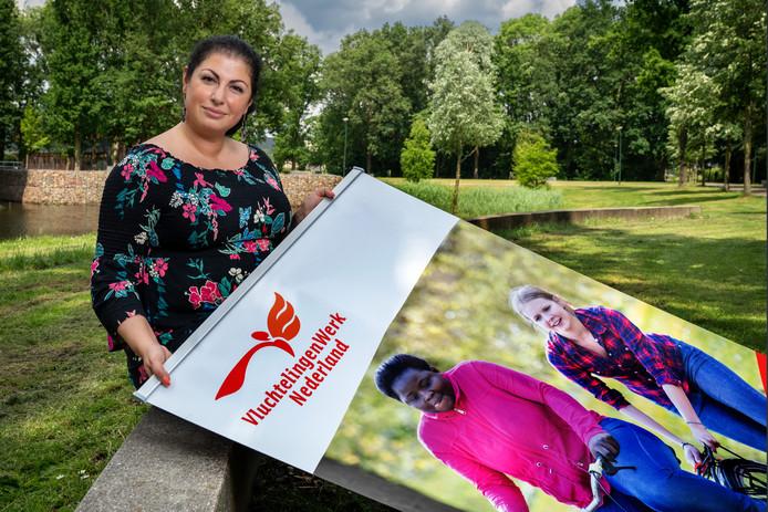 Gaydaa Alsael van Vluchtelingenwerk Meierijstad op het festivalterrein van het 1 Ander Festival in Schijndel voor het leggen van het tapijt van de Vrede.