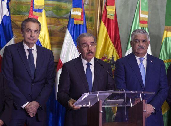 Dominicaans president Danilo Medina (midden), voormalig Spaans premier Jose Luis Rodriguez Zapatero (links) en Dominicaans kanselier Miguel Vargas (rechts) op 2 december 2017.
