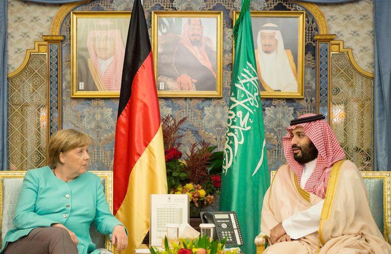 De Duitse Bondskanselier Merkel en de Saudische kroonprins Prince Mohammed bin Salman in 2017 bij een ontmoeting. Archieffoto.