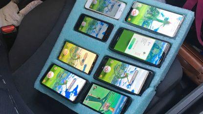 Pokémon Go-speler rijdt met 8 smartphones rond, maar ontloopt boete