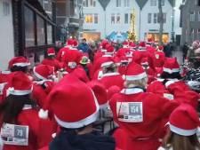 Kerstmannen hollen tegen kanker door het centrum van Oisterwijk