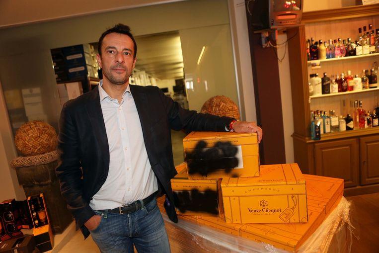 Olivier Le Compte met enkele dozen Veuve Clicquot. De zijde met de serienummers werd zwart gespoten.