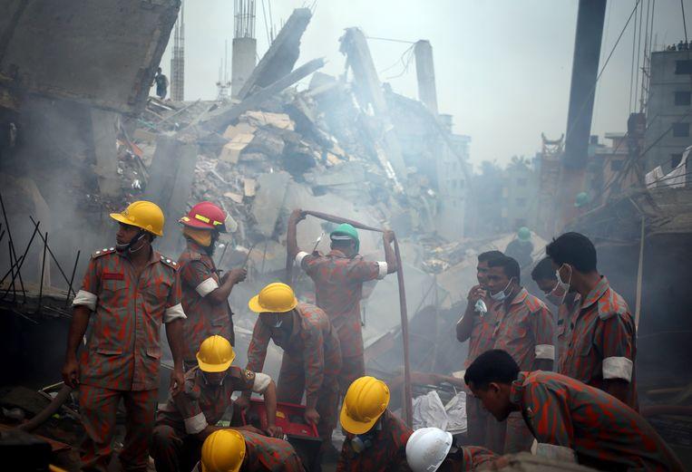 Beelden van vlak na het instorten van de textielfabriek 24 april 2013. Beeld AP