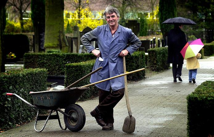 Marinus Leermakers in 2001, toen hij afscheid moest nemen van het kerkhof waar hij nu zelf rust.