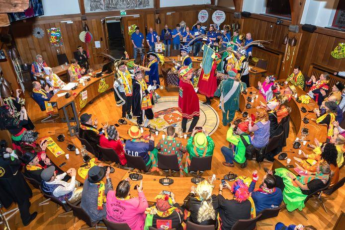 De jaarlijkse carnavalsraad in de raadszaal van het oude stadhuis in Breda.