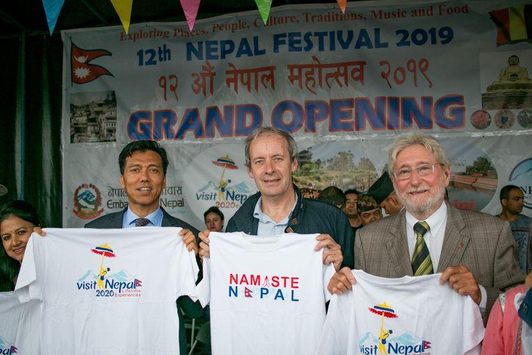 Burgemeester Lieven Dehandschutter, met de Nepalese ambassadeur  Lok Bahadur Thapa (links) en ere-consul Roger De Groen.