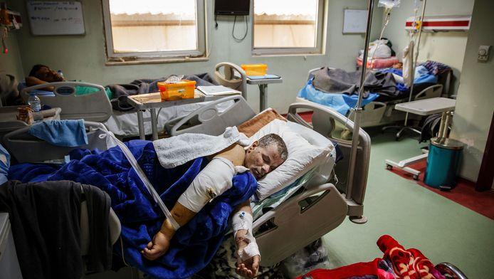 Burgerslachtoffers herstellen van de bombardementen op Mosoel.