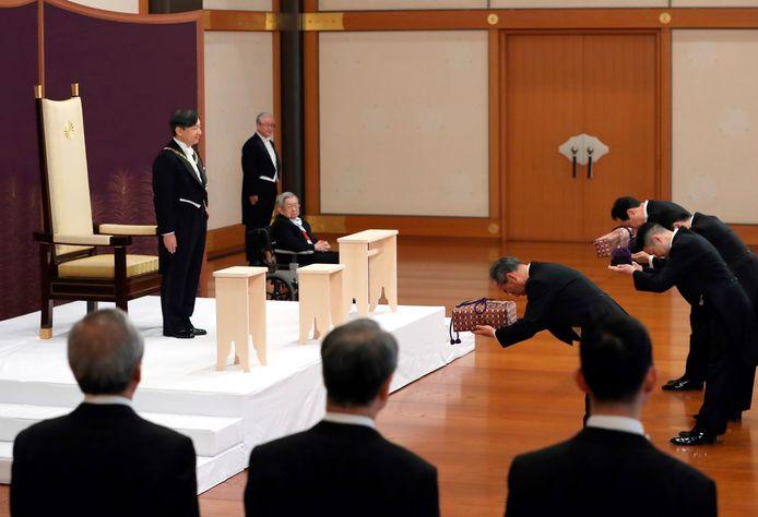 Keizer Naruhito neemt het heilig zwaard en het keizerlijk juweel in ontvangst.