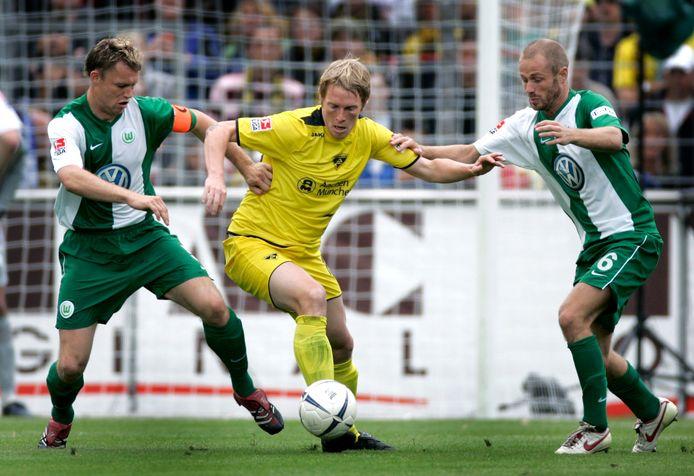 Kevin Hofland en Tommie van der Leegte namens VfL Wolfsburg in actie tegen Alemannia Aachen.