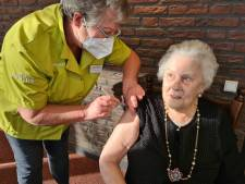 Vaccinaties in verpleeghuizen begonnen: er gloort een enorme bak licht aan de horizon