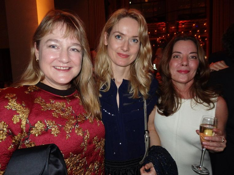 Bianca Stigter (NRC en partner van Oscarwinnaar Steve McQueen), kunstenares Maaike Schoorel en galeriehouder Diana Stigter (vlnr) Beeld Schuim