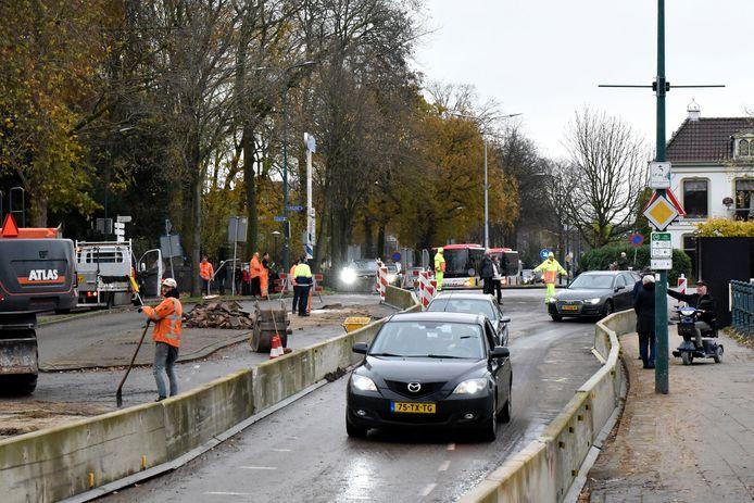 Op de Oostdam naar en van het Woerdense centrum is nu maar één rijstrook beschikbaar.