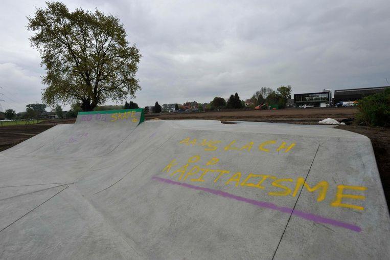Vandalen bekladden het nieuwe skatepark met graffiti.