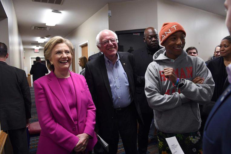 Clinton en Sanders vorig jaar november met zanger Pharrell, vijf dagen voor de presidentsverkiezingen. Sanders vocht tijdens de voorverkiezingen nog lang door om de nominatie in de wacht te slepen. Beeld Getty