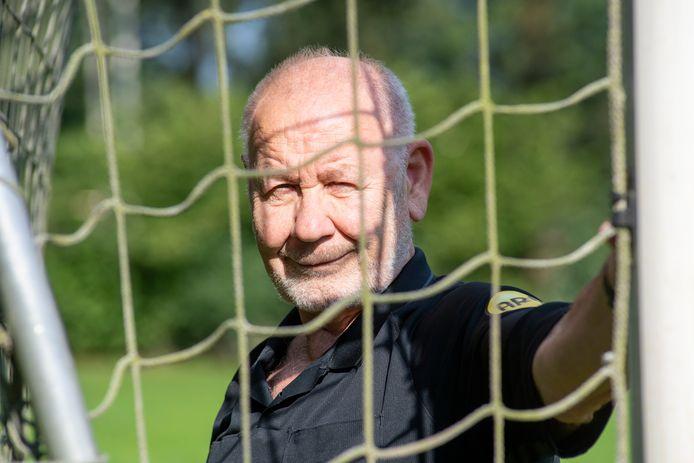 Louis van Meenen is al dik 53 seizoenen arbiter in het amateurvoetbal. ,,Over het algemeen is er respect voor grijze haren.''