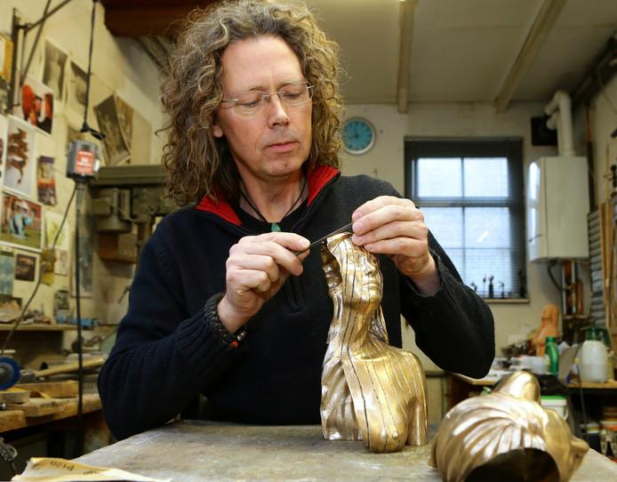 Beeldhouwer Richard van der koppel aan het werk in zijn atelier. Dit is niet het beeld ter nagedachtenis aan de Merwedegijzelaars