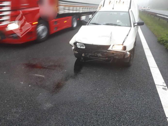 Schade aan auto na aanrijding op A28.