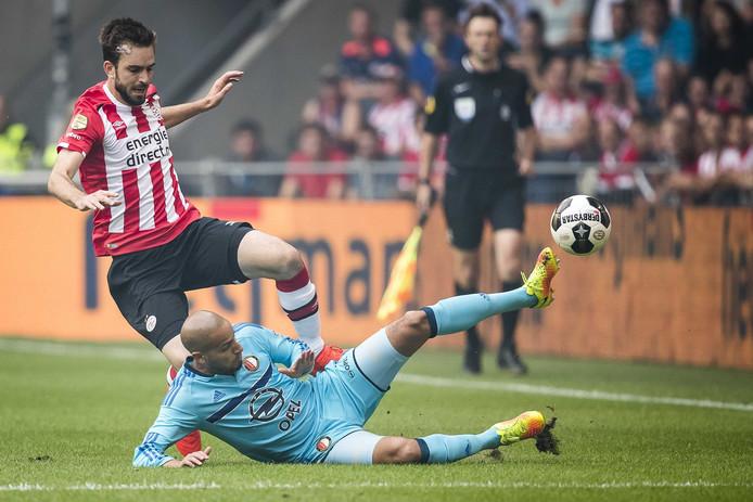 Davy Pröpper in duel met Feyenoord-speler Karim El Ahmadi.