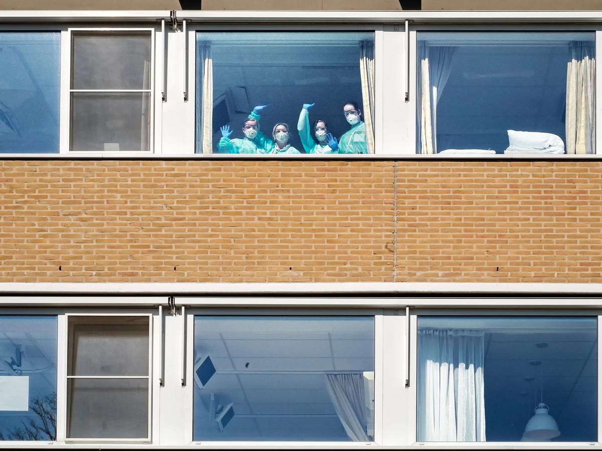 De verpleegkundigen in het Slingeland Ziekenhuis, hier zwaaiend achter het raam, zijn volgens longarts Frank Hermens de échte helden.