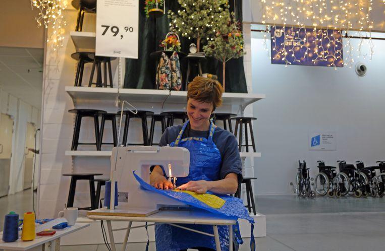 Veerle Tytgat geeft alvast voorsmaakje van wat er kan gekocht worden bij de Jingle Balls-markt. In de Ikea maakte ze van de gekende Ikea-zakken keukenshorten.