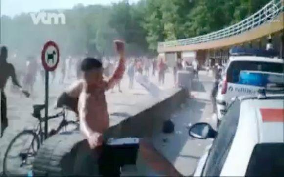 Bij de rellen in Hofstade vielen 200 jongeren de politie aan.