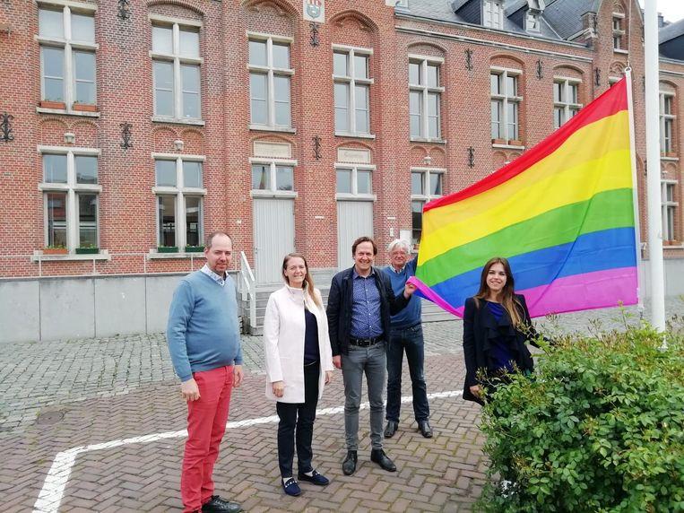 De vlag hangt aan het gemeentehuis.