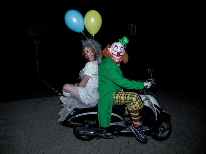 Michael van Zonneveld en Bianca Koch als griezelige acteurs voor Terror Nights Standdaarbuiten