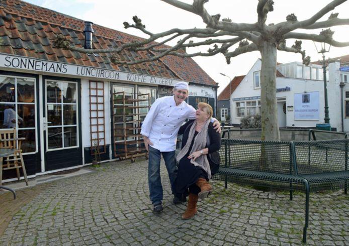 Mathieu en Dorothé Sonnemans op het pleintje naast de bakkerij. Het hotel erachter is nu ook van hen.