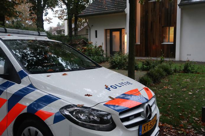 De politie doet onderzoek na de woningoverval in Oisterwijk.