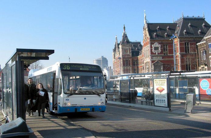 Een bus van de GVB voor Amsterdam Centraal